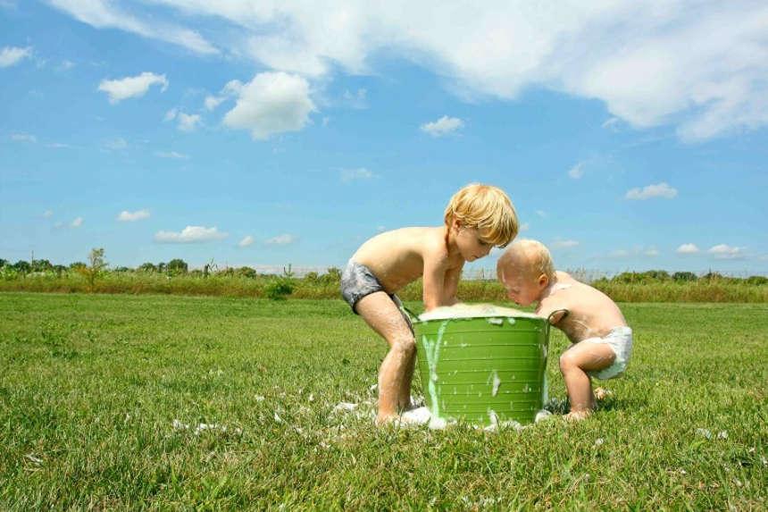 Дети стирают бельё