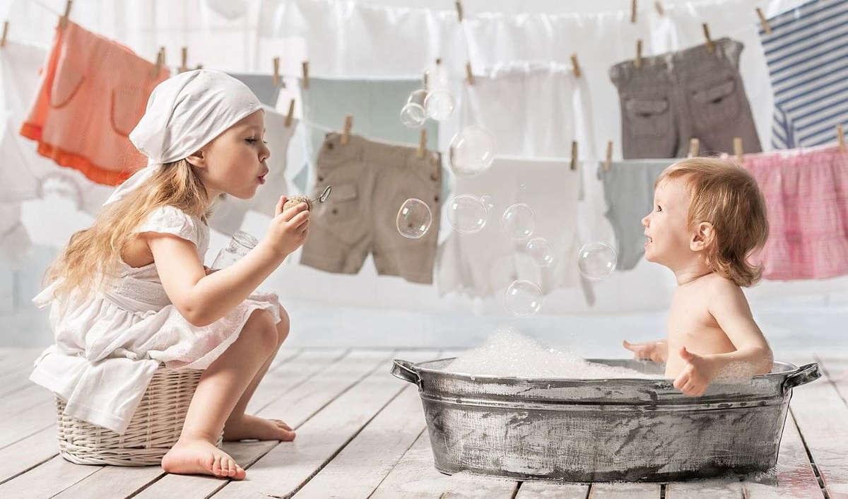 Дети играют в прачечной