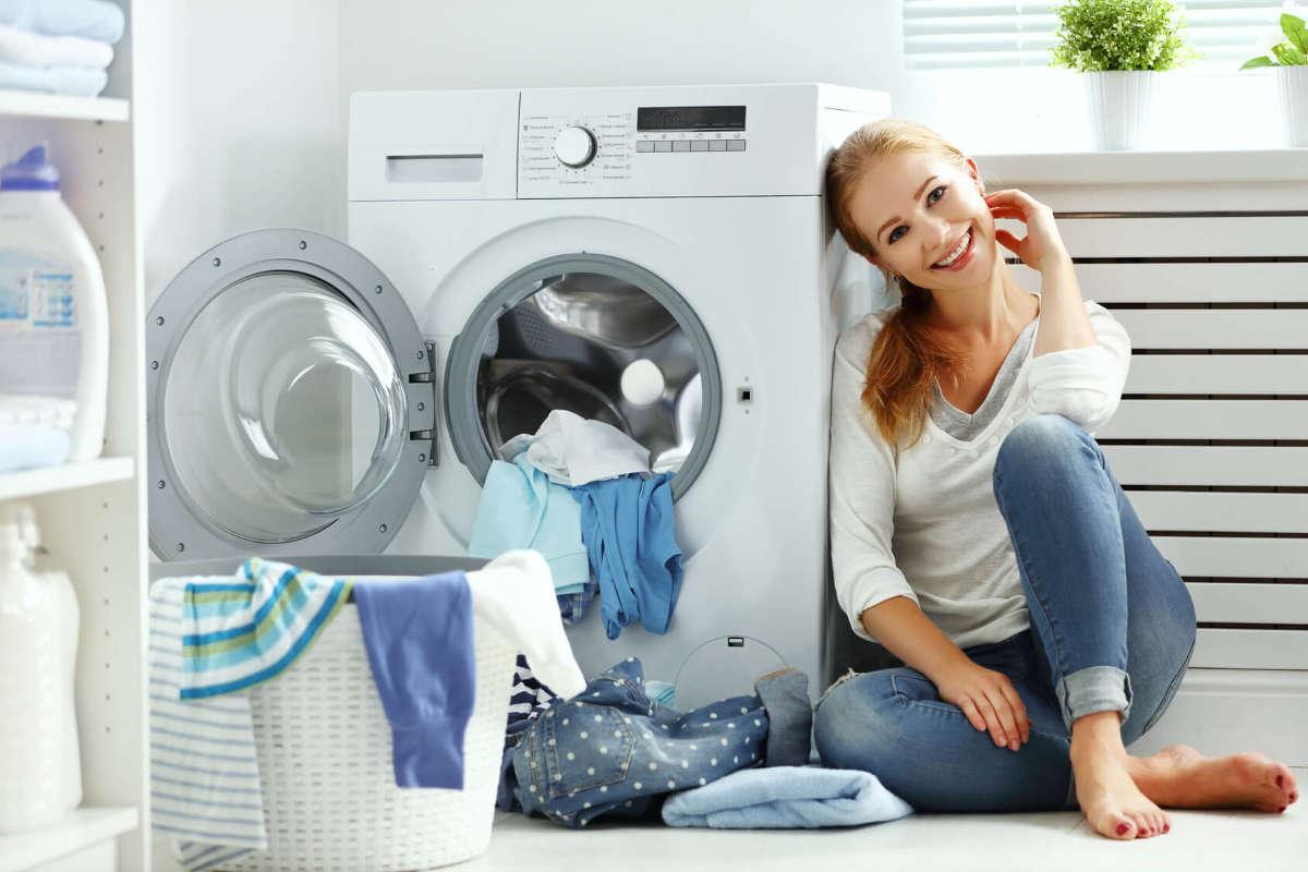 Девушка сидит у стиральной машины
