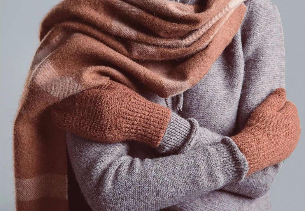 Девушка в свитере и шарфе