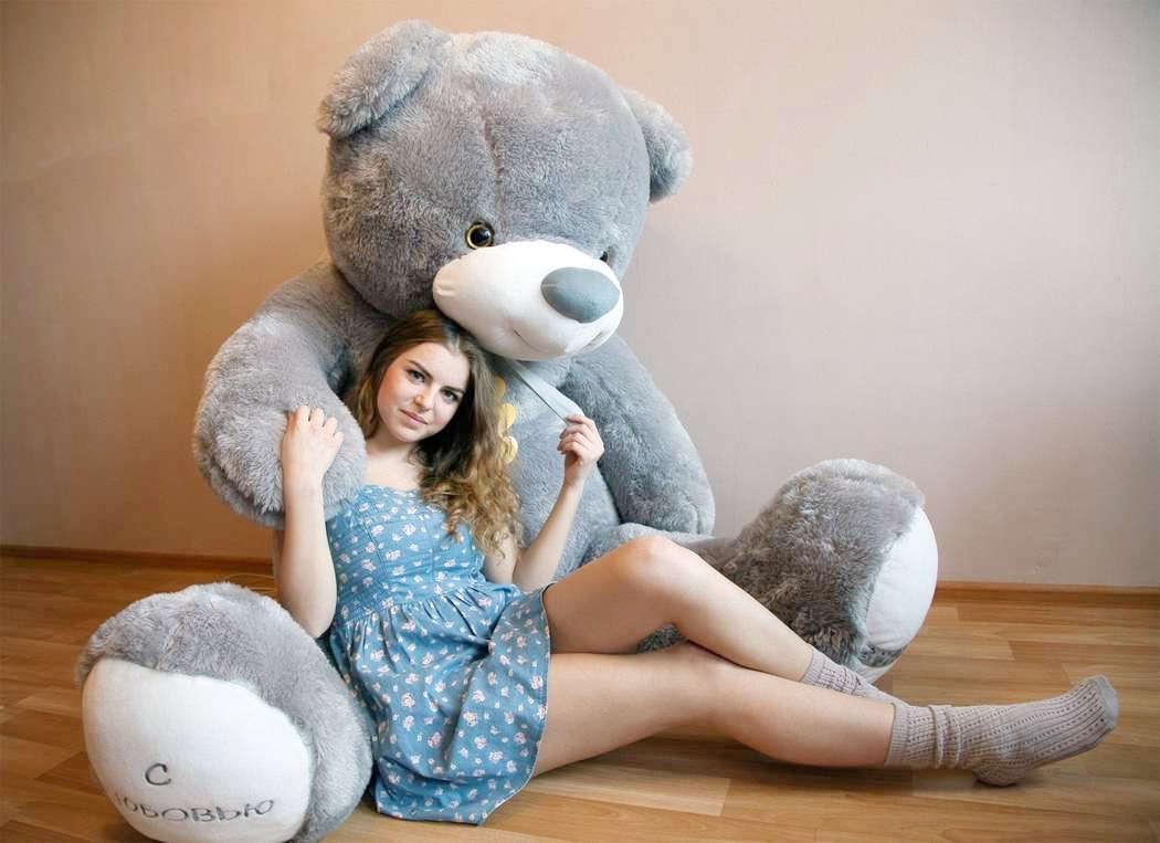 Девушка с большой мягкой игрушкой