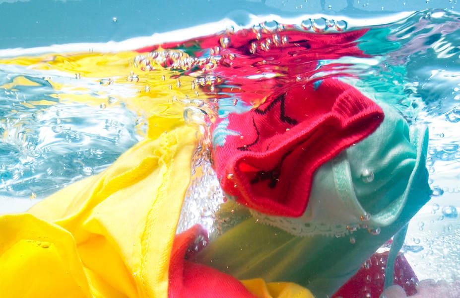 Цветное бельё в воде
