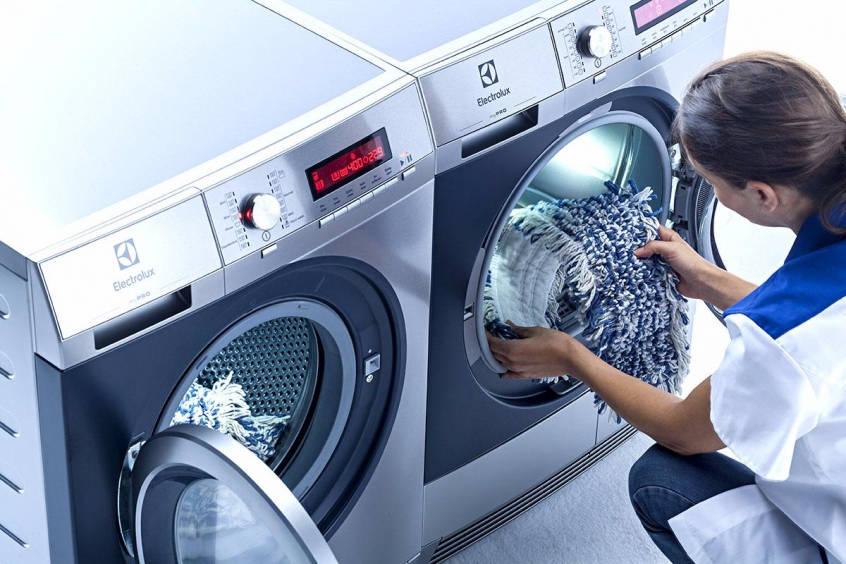 Женщина у стиральных машин