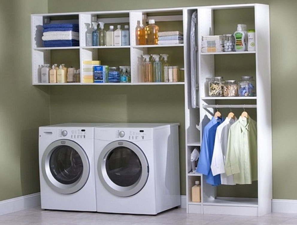 Стиральная машина и шкаф с одеждой