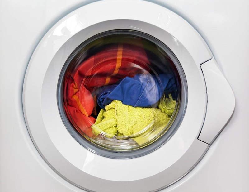 Цветное бельё в стиральной машине