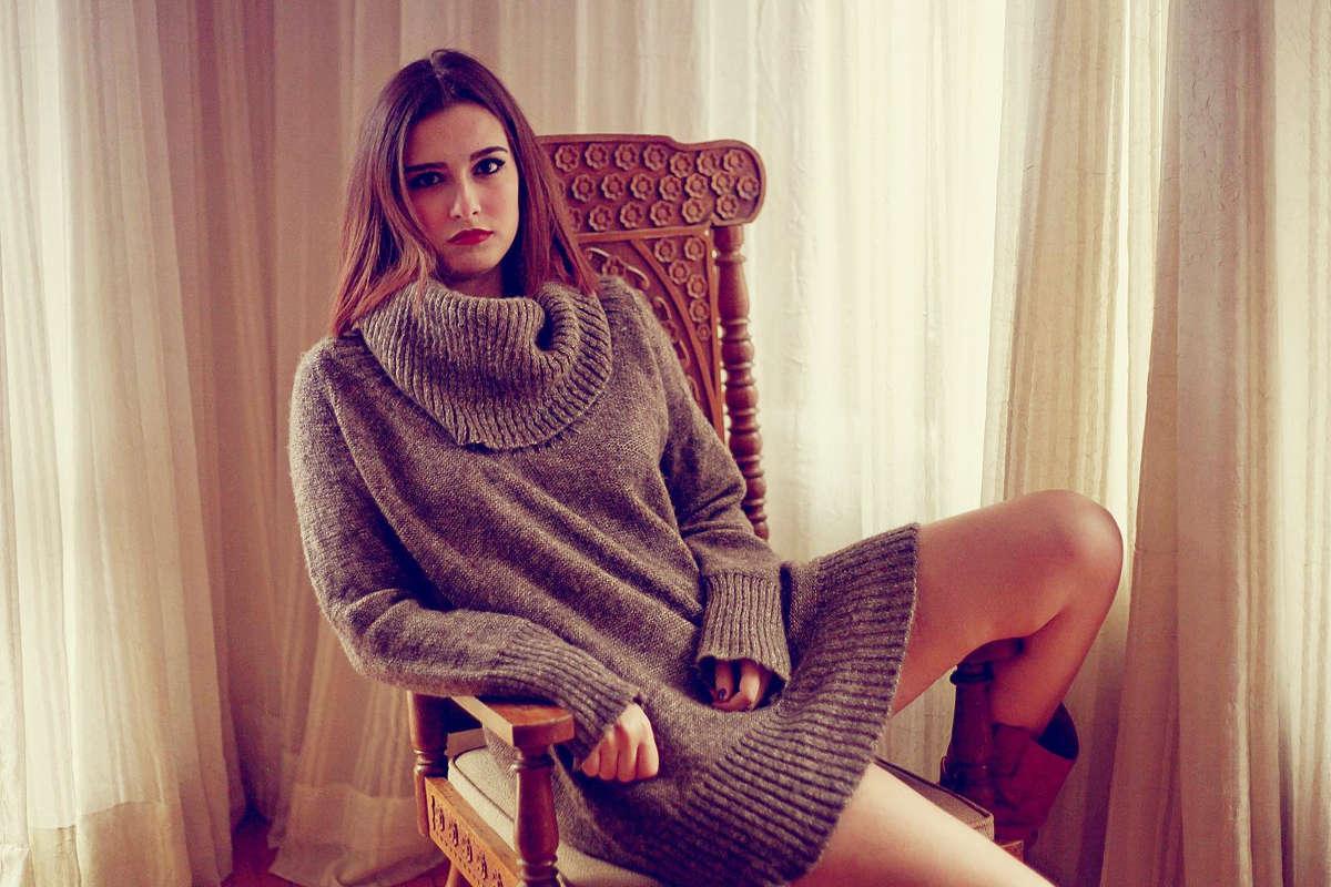 Девушка в вязаном свитере